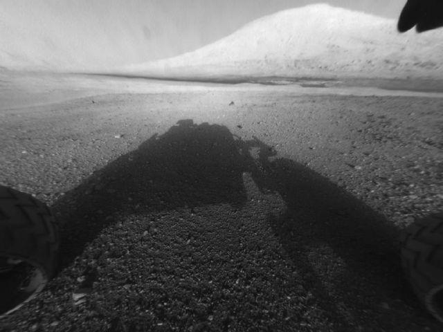 Снимок следов ровера Curiosity, сделанный встроенной в марсоход навигационной камерой Navcam (фото NASA/JPL-Caltech).