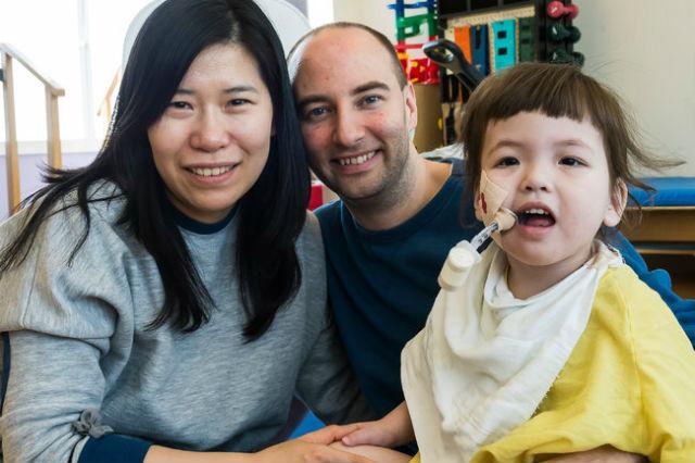Малышка с родителями Дэррилом и Янг-Ми Уоррен в Детском госпитале Иллинойса (фото Jim Carlson/OSF Saint Francis Medical Center).