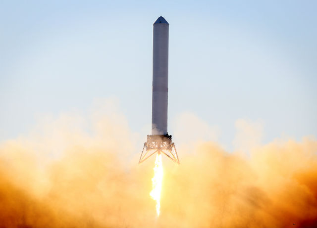 """Космический """"Кузнечик"""" набирает высоту 40 метров во время испытания в декабре 2012 года (фото SpaceX)."""