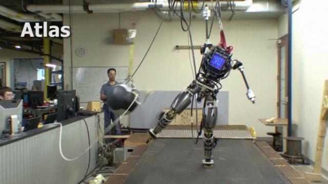 Робот Atlas в движении может выдержать боковой удар 9-килограммового мяча (фото Boston Dynamics, DARPA).