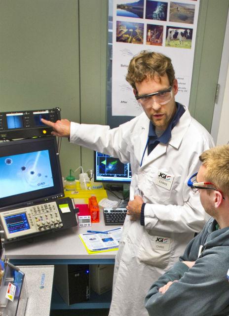 Автор исследования Крис Ринке (Chris Rinke) демонстрирует возможности новой технологии секвенирования генома (фото Roy Kaltschmidt, Berkeley Lab).