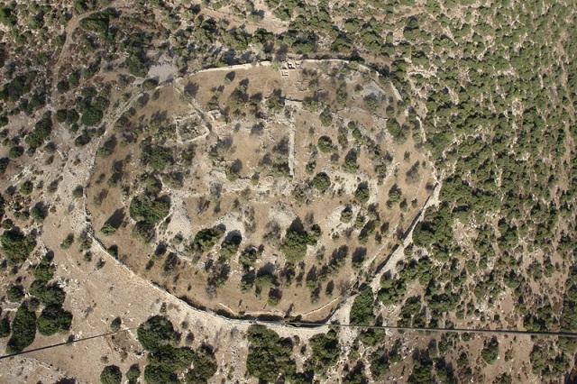 Учёные спорят о принадлежности Хирбет Кейафа  — являлось ли оно еврейским поселением, или было основано неизвестным более древним народом (Skyview Photography Ltd / Wikimedia Commons).