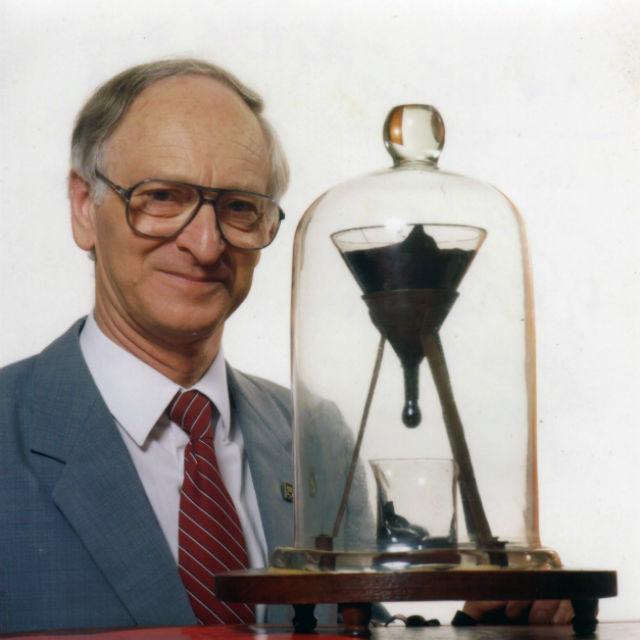 Наблюдатель австралийского эксперимента Джон Мейнстоун (John Mainstone/University of Queensland/Wikimedia Commons).