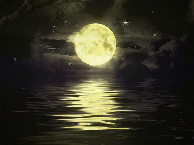 Луна влияет на приливы и отливы, но то, что она влияет на человеческий сон, экспериментально подтвердили впервые (иллюстрация Ava Verino/Flickr).