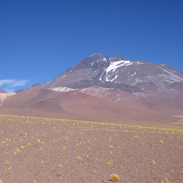 Гробница была обнаружена неподалёку от вершины на высоте более 6 т. метров. Общая высота вулкана Льюльяйльяко составляет 6,739 метров (фото Lion Hirth / Wikimedia Commons).