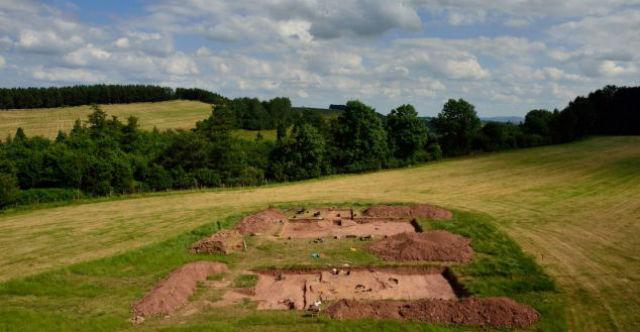 Два погребальных кургана эпохи неолита были обнаружены на верху холма Дорстоун в графстве Херефордшир (фото University of Manchester).