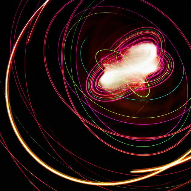 Свет движется очень быстро. Для фотона, летящего сквозь Вселенную, пройдёт всего три года к тому моменту, когда Земле будет уже квинтиллион лет (фото Robert Couse-Baker/Flickr).