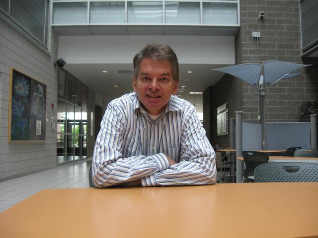 Кристоф Адами, профессор микробиологии и молекулярной генетики Мичиганского университета, полагает, что эгоизм не может привести к успеху (фото MSU).