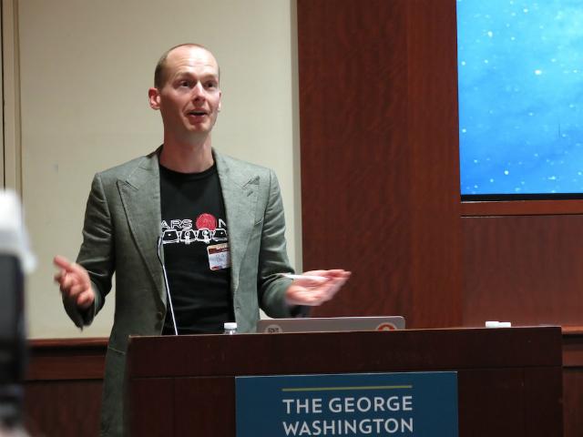 Бас Лансдорп, руководитель проекта Mars One, на пресс-конференции в Вашингтоне 3 августа 2013 года (фото Tanya Lewis/Space.com).