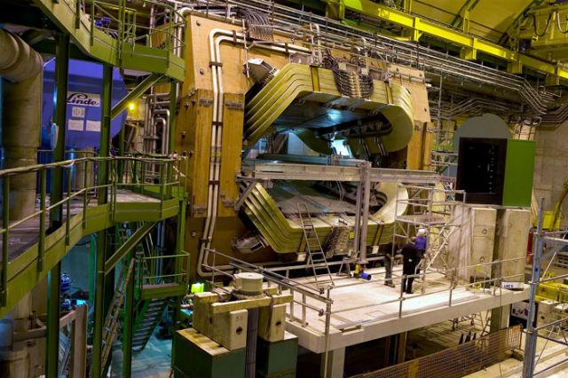 Чтобы заявить хотя бы о косвенных свидетельствах Новой физики, учёным приходится наблюдать за триллионами распадов элементарных частиц, которые можно спровоцировать лишь на гигантских ускорителях (фото CERN/Fermilab).