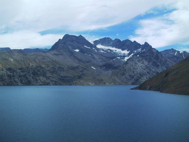Ледниковое озеро Лагуна-Негра в чилийских Андах, на котором NASA проводило испытания прототипа будущего исследователя Титана (фото Andesnahuel/Wikimedia commons).