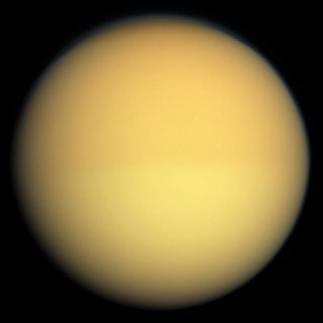 """Титан в натуральных цветах. Снимок получен межпланетной станцией """"Кассини"""" (иллюстрация NASA/JPL/Space Science Institute)."""