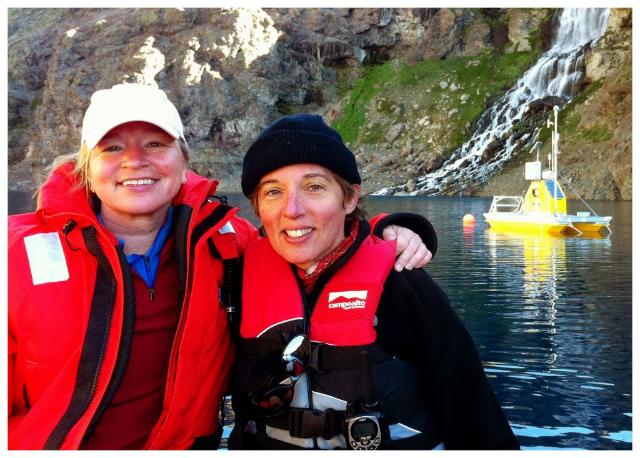 Натали Кэброл (справа) на фоне плавающего в Лагуна-Негра робота PLL (фото SETI).