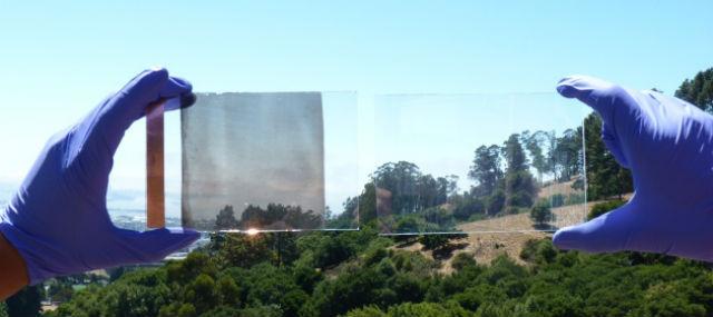 """Новое """"умное"""" стекло может блокировать свет или тепло, либо и то, и другое одновременно (фото Anna Llordes, LBNL)."""