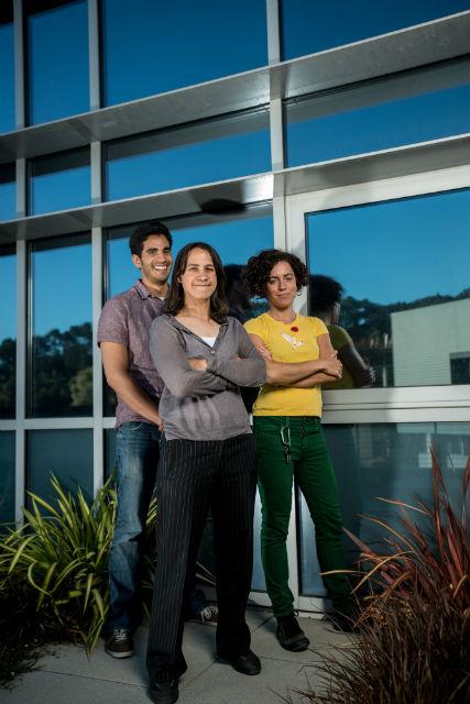 Авторы разработки, слева направо: Гильермо Гарсия (Guillermo Garcia), Делия Миллирон (Delia Milliron) и Анна Йордес (Anna Llordes) (фото LBNL).
