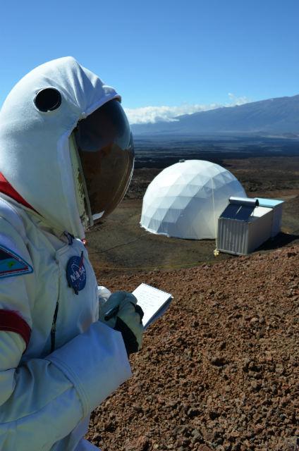 Когда участники эксперимента покидали купол, то всегда надевали скафандры (фото HI-SEAS).
