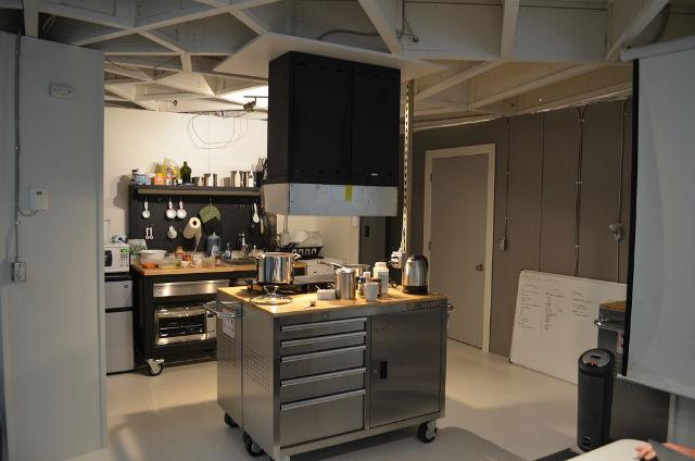 Кухня, на которой исследователи готовили себе еду (фото HI-SEAS).
