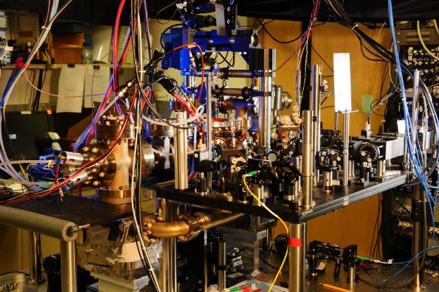 Иттербиевые часы определят новый стандарт времени (фото Burrus/NIST).