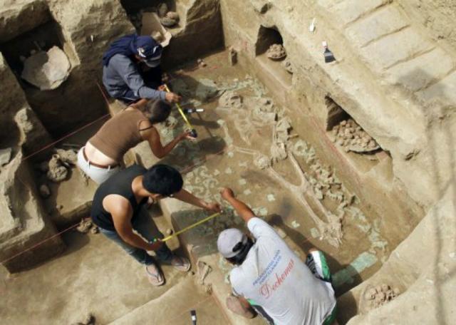 Скелет, обнаруженный в погребальной камере культуры Моче (между 200 и 700 годами нашей эры) (фото Douglas Suarez/AFP).