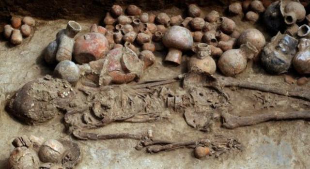 Археологи вскрывают погребальную камеру неподалёку от города Трухильо. 3 августа 2013 года, Перу (фото Douglas Suarez/AFP).