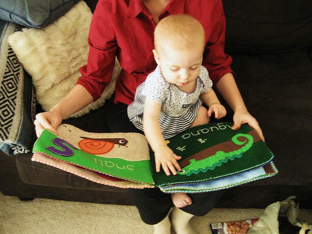 Если учить ребёнка словам ещё до его рождения, то он научится говорить и читать быстрее своих сверстников (фото Stacy Spensley/Flickr).