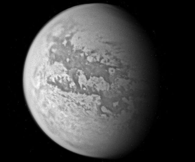 """Изображение Титана, составленное из 4 инфракрасных фотографий, сделанных """"Кассини"""" (фото alan taylor/Wikimedia commons)."""