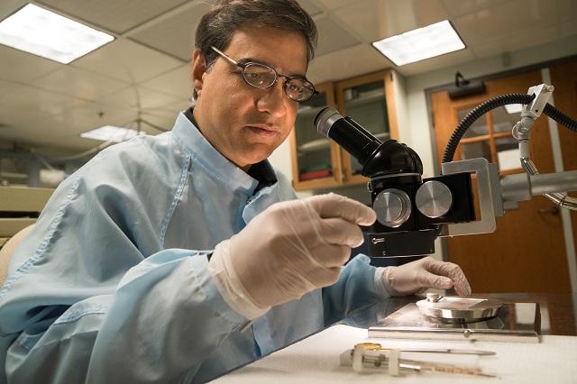 Геохимик Мукул Шарма исследовал фрагменты иноземной породы (фото Eli Burakian).