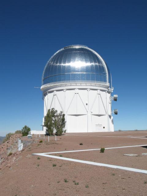 Четырёхметровый телескоп Виктор Бланко — основной инструмент изучения тёмной энергии (фото David walker/Wikimedia Commons).