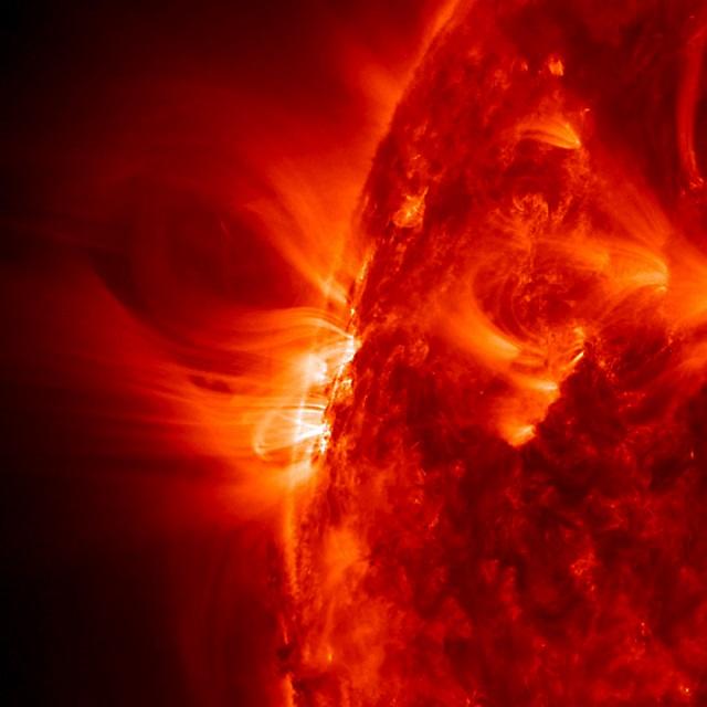 Мощные вспышки и протуберанцы, тёмные пятна, яркие петли из потоков заряженных частиц − вот не полный перечень проявлений солнечной активности (фото SDO/NASA).
