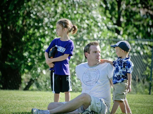 Как показывают исследования, внимание к ребёнку со стороны отца обеспечивает малышу социальные и психологические успехи в жизни (фото Don LaVange/Flickr).