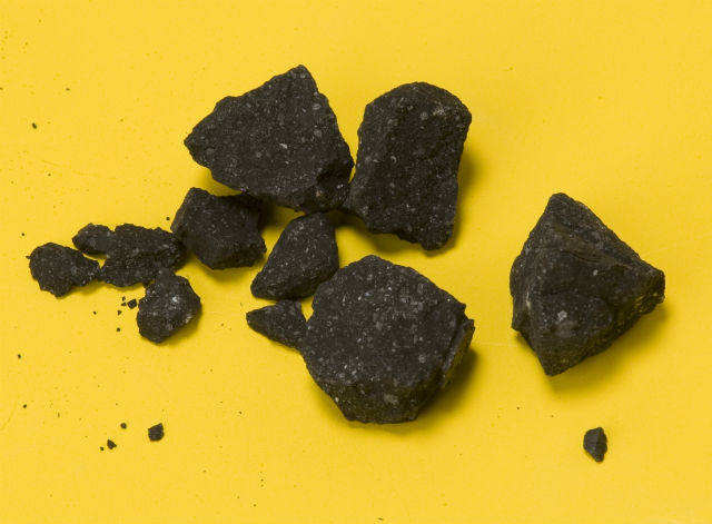 Фрагменты метеорита Sutter's Mill (фото NASA/Eric James).