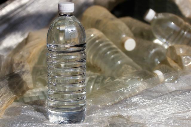 Даже в чистой бутилированной воде содержатся соединения, способные нанести вред человеческому организму (фото Todd Morris/Flickr).