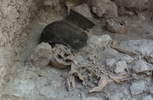 Черепа в братской могиле лежали отдельно от туловищ (фото Nicolaus Seefeld/Universität Bonn).