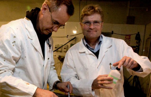 Профессор Эрик Уоррент (справа) во время одного из своих исследований − изучения глаза гигантского кальмара (фото Tepapa).