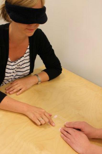 В рамках эксперимента 20 женщинам предложили вслепую сравнить толщину 16 тончайших материалов (фото KTH).