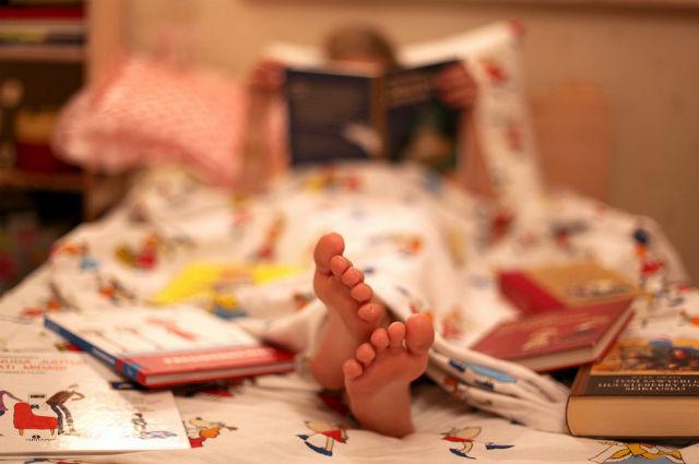 Чтение на ночь прививает ребёнку любовь к книгам, что сказывается на его дальнейшей жизни (фото Janne/Flickr).