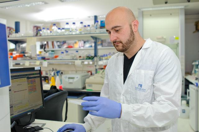 Ведущий автор исследования Якоб Ханна за работой (фото Weizmann Institute of Science).