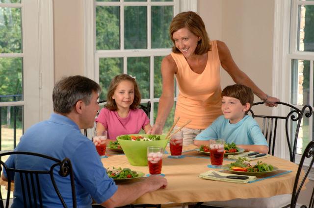 Если родители нескольких детей уделяют каждому одинаковое количество внимания и поддержки, то им будет проще согласиться с выбором дочери (фото Bill Branson/Wikimedia Commons).