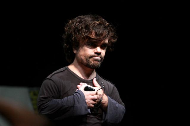 Французские учёные сделали первые шаги для лечения карликовости. На фото – актёр Питер Динклэйдж, страдающий ахондроплазией (фото Gage Skidmore/Wikimedia Commons).