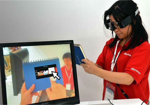 Демонстрация новых очков на выставке CEATEC (фото с сайта hindustantimes.com).