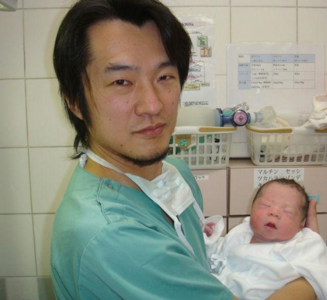 Доктор Кадзухиро Кавамура (Kazuhiro Kawamura) держит на руках новорождённого мальчика. Мать произвела на свет долгожданного отпрыска, после того как согласилась на новый метод лечения бесплодия (фото Kazuhiro Kawamura).