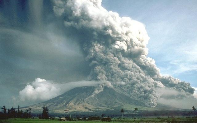 Пирокластический поток, сошедший с вулкана Самалас, похоронил под слоем пепла столицу местной цивилизации более 750 лет назад. На снимке вулкан Майон (фото C.G. Newhall / Wikimedia Commons).