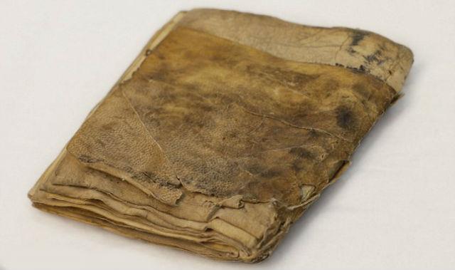 Книга написана на бежевом пергаменте, ширина которого составляет 10 сантиметров, а толщина – 4 сантиметра (фото Green Collection).