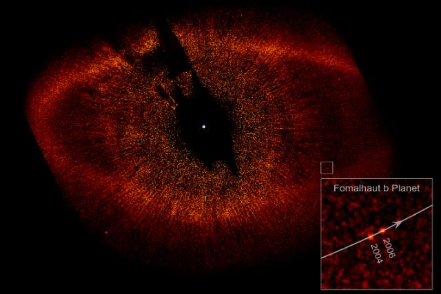 """Фотография системы Фомальгаута с протопланетным диском и планетой Fomalhaut b. Снимок сделан коронографом телескопа """"Хаббл"""" (фото NASA, ESA, Wikimedia Сommons)."""