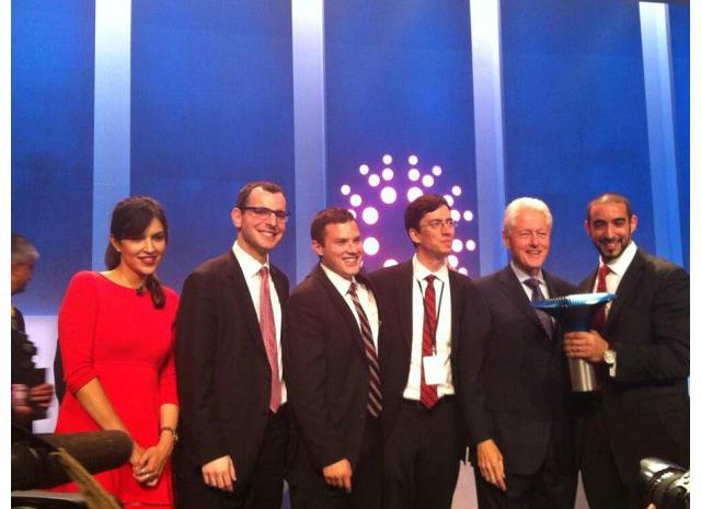 Команда студентов из университета МакГилла получает Премию Халта из рук бывшего президента США Билла Клинтона (фото HultPrize/Twitter).