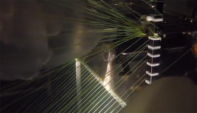 Робот включает насос и всасывает беспозвоночных в свои сети, где перемалывает их с помощью вращающихся ножей, напоминающих насадку в блендере (кадр из видео KAIST).