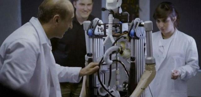 Робот оснащён искусственным сердцем, которое с помощью электронного насоса перекачивает искусственную кровь и обеспечивает транспорт кислорода (кадр из видео Smithsonian Channel).
