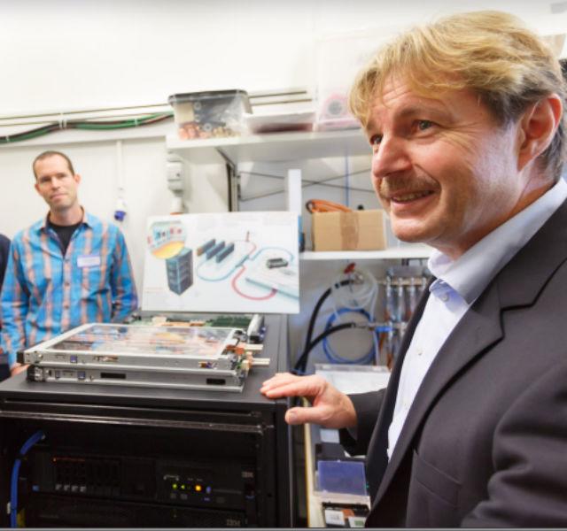 Бруно Мишель демонстрирует систему Aquasar (фото IBM).