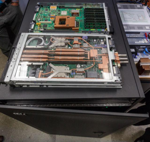Инженеры IBM интегрировали в конструкцию систему жидкостного охлаждения: слои чипов чередуются с микроскопическими трубочками воды (фото IBM).