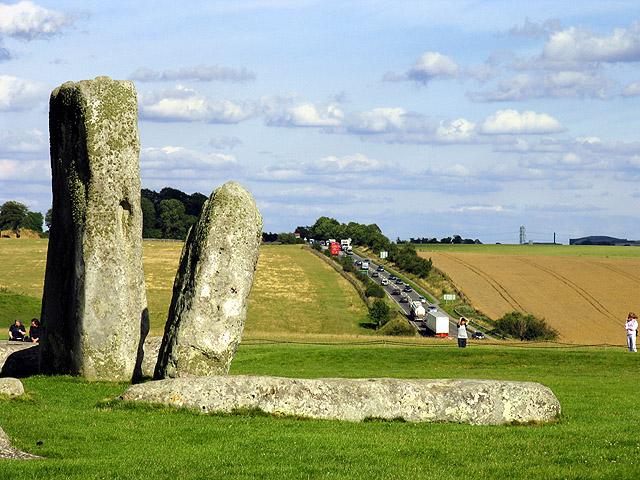 Незамерзающие источники, как и сам памятник, находятся совсем недалеко от магистрали А303 (фото Pam Brophy/Wikimedia Commons).